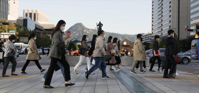 내일(14일)은 전국이 대체로 흐린 가운데 쌀쌀한 날씨가 나타나겠다. 사진은 지난 5일 오전 서울 광화문 세종대로에서 두꺼운 옷차림으로 발걸음을 옮기고 있는 시민들. ⓒ데일리안 홍금표 기자