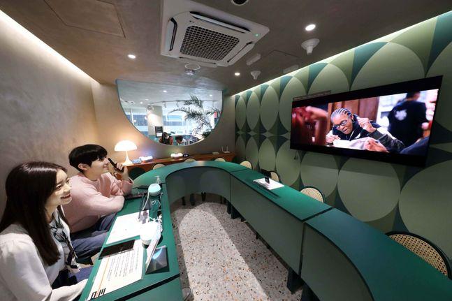 LG유플러스가 MZ세대를 제대로 이해하고 소통하기 위해 서울 강남 한복판에 복합문화공간 '일상비일상의틈'을 오픈하고, 고객 경험혁신을 주도하겠다고 15일 밝혔다. 사진은 모델들이 일상비일상의틈 층별로 마련된 다양한 콘텐츠를 즐기고 있는 모습.ⓒLG유플러스