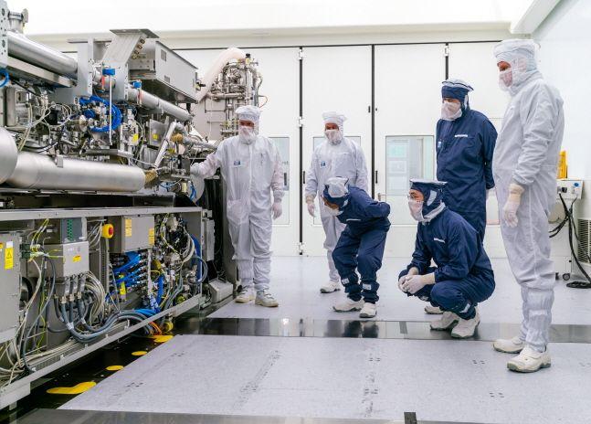 이재용 삼성전자 부회장(오른쪽에서 세번째·앉은이)이 13일(현지시간) 네덜란드 에인트호번에 위치한 ASML 본사를 찾아 극자외선(EUV) 장비를 살펴보고 있다.ⓒ삼성전자