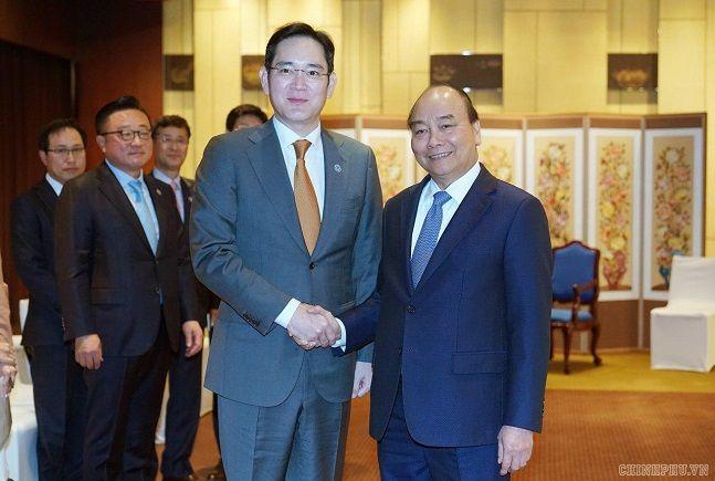 이재용 삼성전자 부회장(왼쪽)이 지난해 11월 28일 서울 용산구 그랜드하얏트호텔에서 응우옌 쑤언 푹(Nguyen Xuan Phuc) 베트남 총리와 만나 악수하고 있다.ⓒ베트남정부 페이스북
