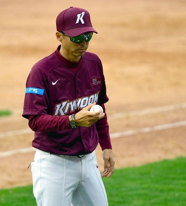 시즌을 마치기도 전에 중도 사퇴한 손혁 감독. ⓒ 뉴시스