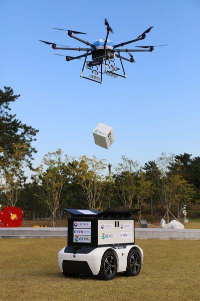 지난 13일 여수 장도 잔디광장에서 드론이 상공에서 상품을 투하해 로봇에게 전달하고 있다.ⓒGS칼텍스