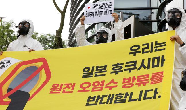 국제 환경단체 그린피스 활동가들이 7월 30일 오전 서울 종로구 일본대사관 앞에서 원전 오염수 방류 계획 철회를 촉구하는 기자회견을 하고 있다. ⓒ뉴시스