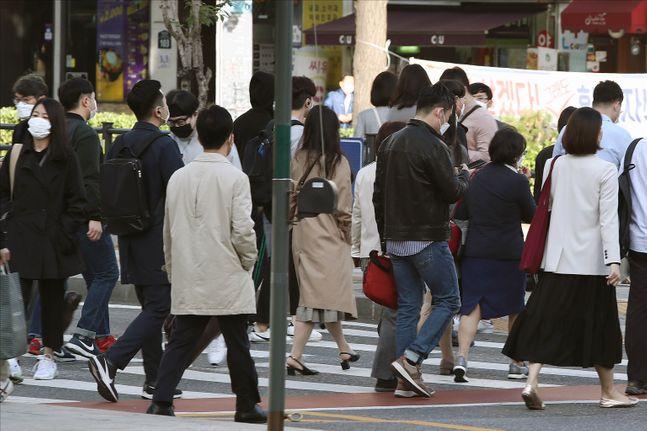 지난 5일 서울 광화문 세종대로에서 추석 연휴가 끝나고 첫 출근길에 나선 시민들이 두꺼운 옷차림으로 발걸음을 옮기고 있다. ⓒ데일리안 홍금표 기자