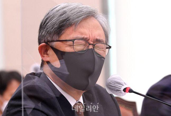 최재형 감사원장이 지난 15일 국회에서 열린 법제사법위원회의 감사원에 대한 국정감사에서 눈을 질끈 감은 채 의원 질의에 답변하고 있다. ⓒ데일리안 박항구 기자