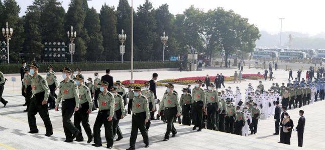 지난 5월 22일 제13기 13차 중국 전국인민대표대회(전인대)를 앞둔 베이징 인민대회당 만인대회당에 중국 인민해방군 전인대 대표단이 마스크를 쓰고 개막식장으로 들어서고 있다. ⓒ연합뉴스