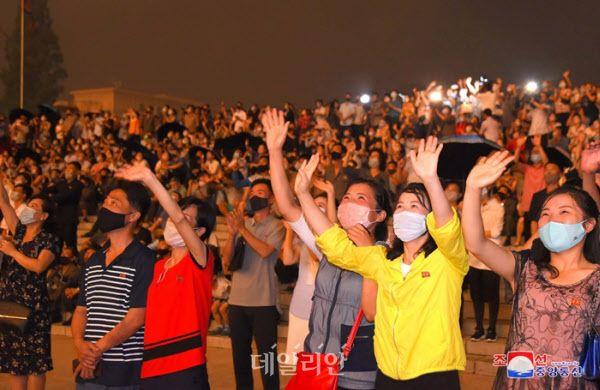 평양에서 열린 불꽃놀이 행사를 관람 중인 북한 주민들(자료사진) ⓒ조선중앙통신
