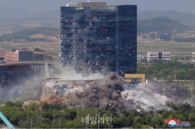 개성 남북공동연락사무소가 폭파되는 모습(자료사진) ⓒ조선중앙통신