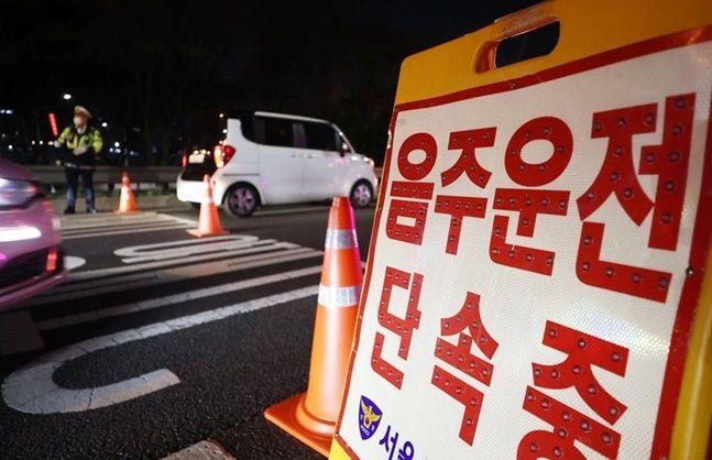 지난 3월 서울 서초 IC 진입로에서 경찰이 음주단속을 하고 있다ⓒ연합뉴스