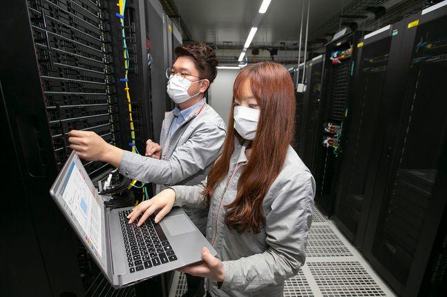 KT 직원들이 하이퍼스케일 AI 존이 구축된IDC 내에서 장비를 점검하고 있다.ⓒKT