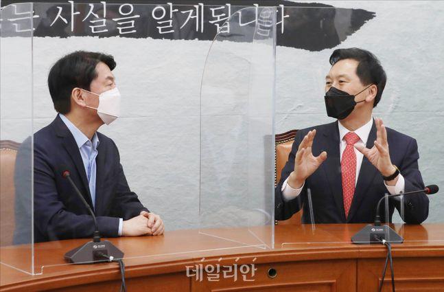 국민의힘 김기현 원내대표(오른쪽)가 지난 5월 국회에서 국민의당 안철수 대표를 예방해 대화를 나누고 있다. ⓒ데일리안 홍금표 기자