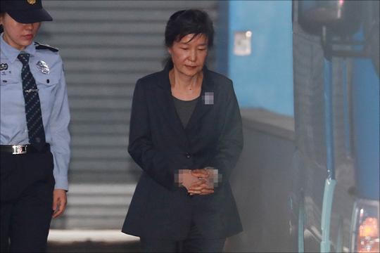 박근혜는 혁명법정에 선 것인가