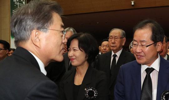 '문재인의 정상외교 홍준표의 정당외교' 충돌 해법은