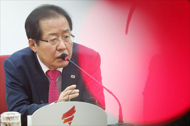 '위기의 한국당' 홍준표 대표 앞의 세가지 길은...