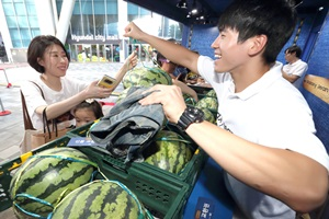 KT, 청바지 기부하고 수박받는 '갤럭시 진' 출시 행사 개최