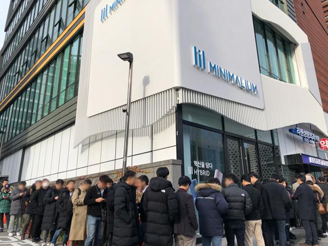 KT&G, '릴 하이브리드' 판매 개시…첫날 '미니멀리움' 북적