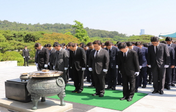 한화 방산계열사, 합동 참배·묘역 헌화 진행