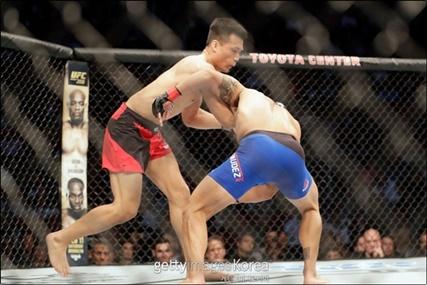 "[UFC] 정찬성·모이카노 외마디 외침 ""판정 전 끝"""