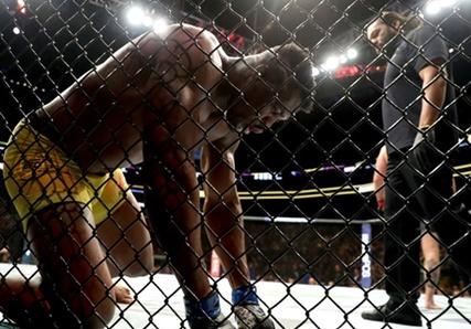 [UFC] 배운 남자 은가누, 성장의 아이콘 '산토스 나와라'