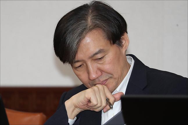 [데일리안 여론조사] 조국 '페북정치' '부정 평가' 45.3% vs '긍정 평가' 42.4%