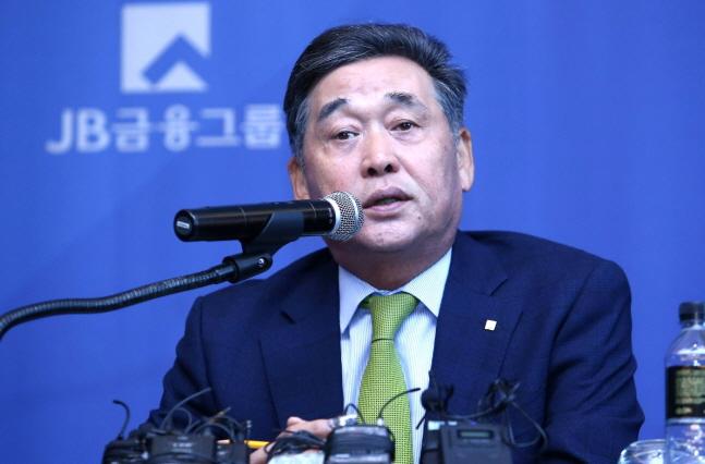 [CEO가 뛴다-117] '내실 경영' 김기홍 JB금융 회장, 고금리 의존 '숙제'