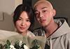 송혜교·유아인, 변함없는 우정…꽃다발 들고 웃음꽃 활짝