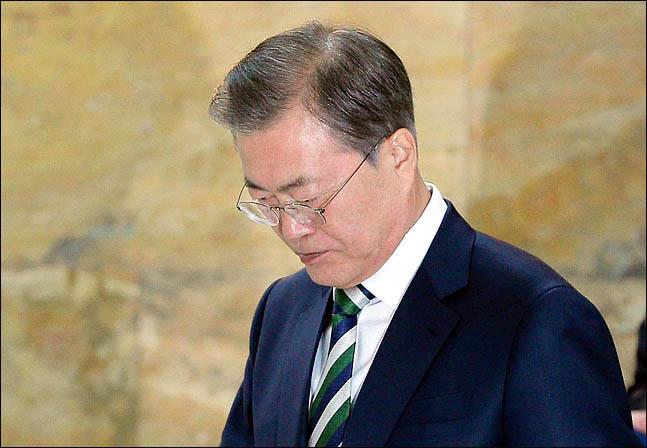 """""""文정권에 '레임덕'이 몰아치고 있다"""""""