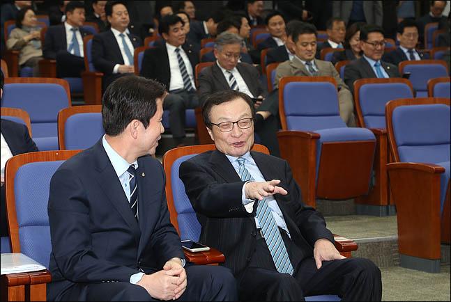 """민주당 검찰 향해 """"우리당엔 날선 칼, 한국당엔 녹슨 칼"""""""