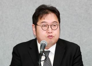 """'거리의 만찬' 김용민 MC 발탁 논란…양희은 """"우리 잘렸다"""""""