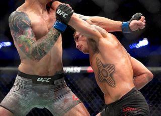 [UFC] '열정은 청춘' 산체스, 신예 페레이라 잡으려면
