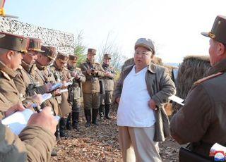 김정은, 마스크·거리두기 없이 군사지도…방역 자신감 표출?