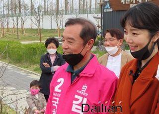 [총선2020] 김병준, 배슬기와 시민 인사…세종호수공원서 큰 화제