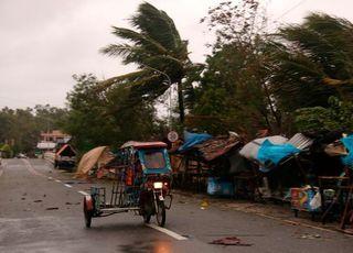 필리핀, 코로나 와중에 태풍까지…9만명 대피
