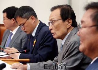 민주당, 윤미향 사태에도 지지율 '굳건'...엄호 태세 계속