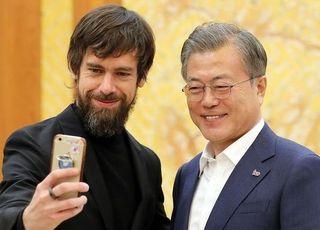 """SNS로 국민과 소통""한다면서 '윤미향'만 언급 안하는 文대통령"