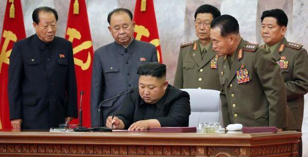김정은, 현장 아닌 책상에서 '핵전쟁 억제력' 논한 이유는?