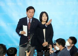 """민주당 대변인이 '보디가드'로…윤미향 """"당에서 사퇴 권유 없었다"""""""