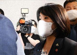 '아니다 회견'으로 버틴 윤미향, 오늘부터 '금배지' 단다