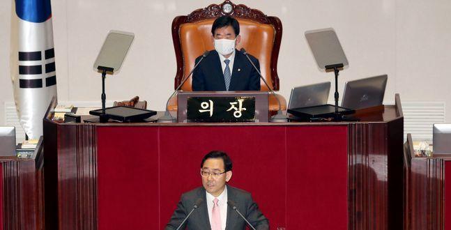 """[21대 국회 개원] 주호영 고육책…""""불법 본회의"""" 항의한 뒤 일제 퇴장"""