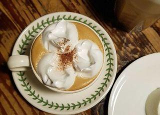 부드러운 크림의 아인슈페너가 유명한 서울 카페 4