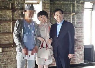 현직 여검사가 박원순과 팔짱낀 사진 올리며 한 말은?
