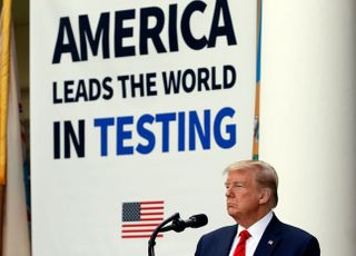 '코로나'에 휘청인 트럼프, 백신 개발‧'중국 때리기'로 일어설까