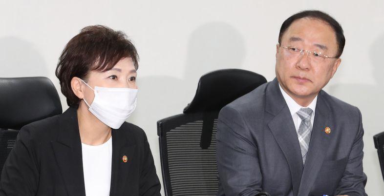 [데일리안 여론조사] 국민 57.1% '文 정부 검찰·부동산 정책 불공정'