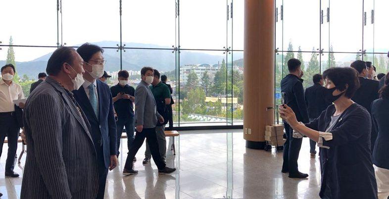 [송오미의 여의도잼] 정치인 아내는 '극한직업'