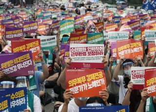 <포토> 코로나19 시국에 거리로 나선 의사들