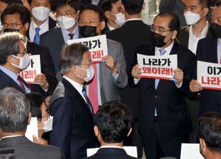 野, 특검 관철 '안간힘'…文대통령 간담회 불참하고 면전서 피켓 시위