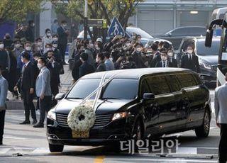 고 이건희 삼성 회장의 '마지막 출근길'...임직원 국화 3천송이로 배웅