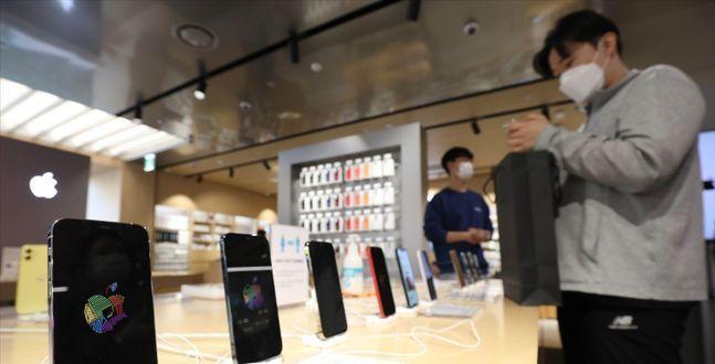 아이폰12, 출시 첫날 10만대 개통...대박 흥행 조짐